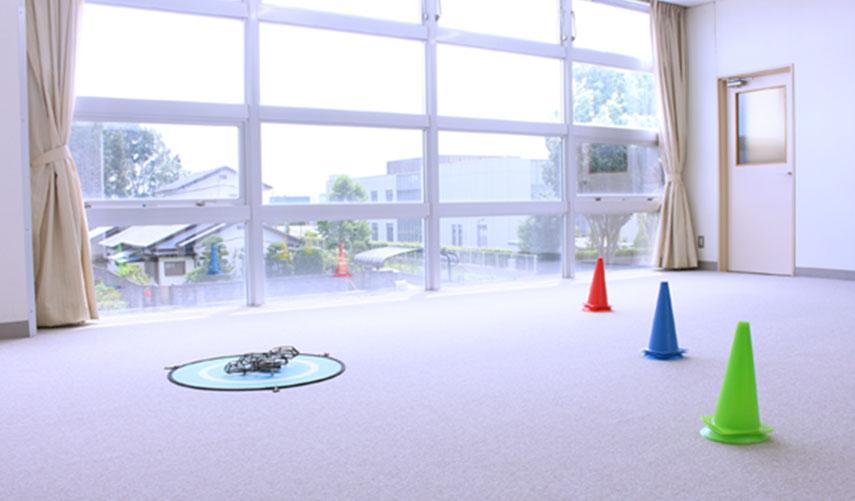 無風状態で操縦できる屋内練習場